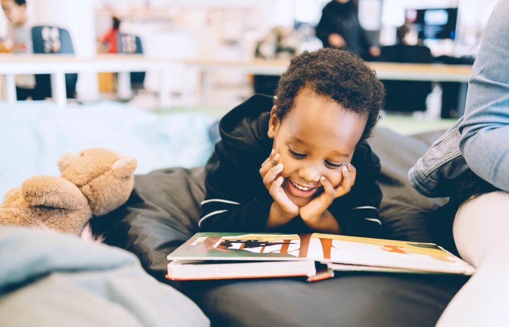 読書を楽しむ少年